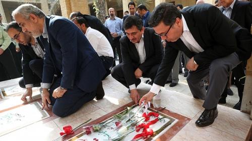 غبار روبی مزار شهدای گمنام کیش درگرامیداشت هفته قوه قضاییه